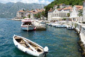luka i čamac u Kotoru