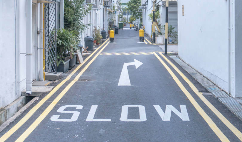 oznaka za usporavanje vožnje na putu