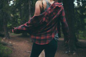 devojka u kariranoj košulji