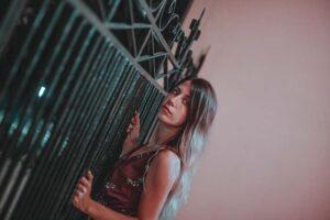 devojka-ograda