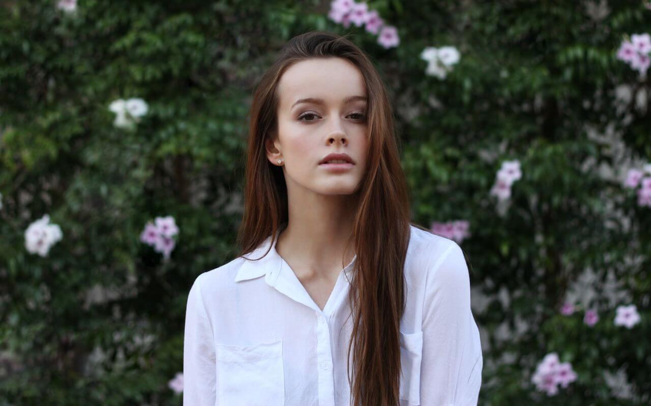 devojka u beloj košulji