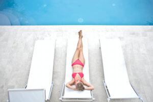 devojka u pink bikiniju na ležaljci