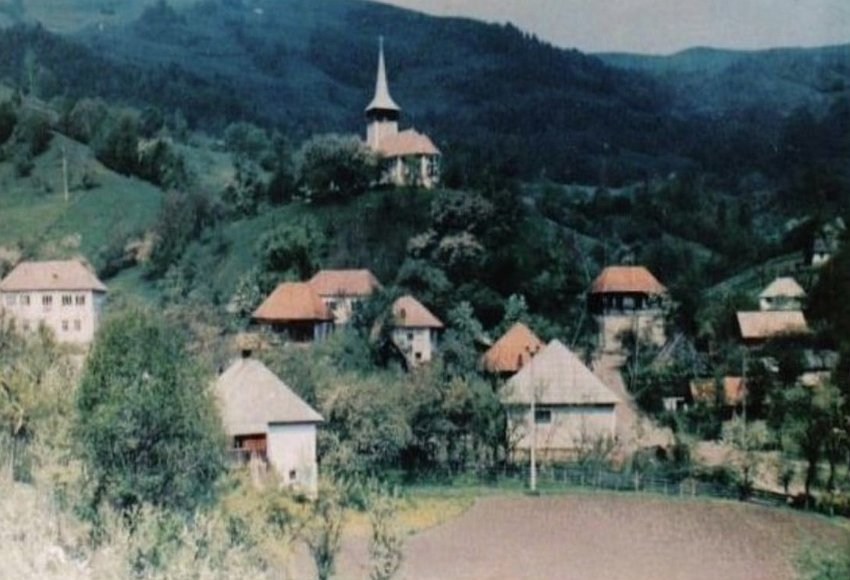 selo nekada i crkva visoko iznda krovova kuca