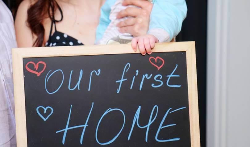 majka i dete drže tablu sa natpisom