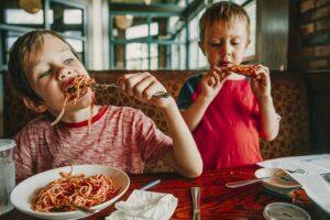 deca u restoranu