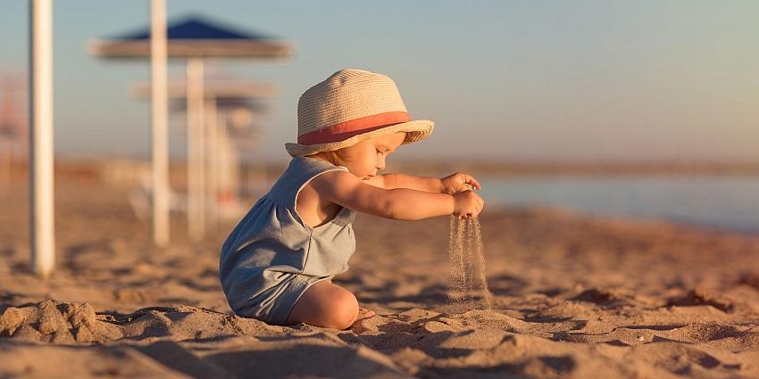 beba na plaži