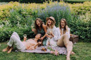 horsokop-jul-devojke-piknik