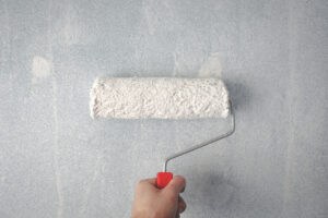 valjak za krečenje na zidu