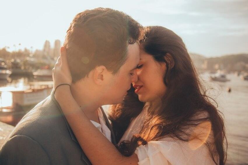 poljubac-par